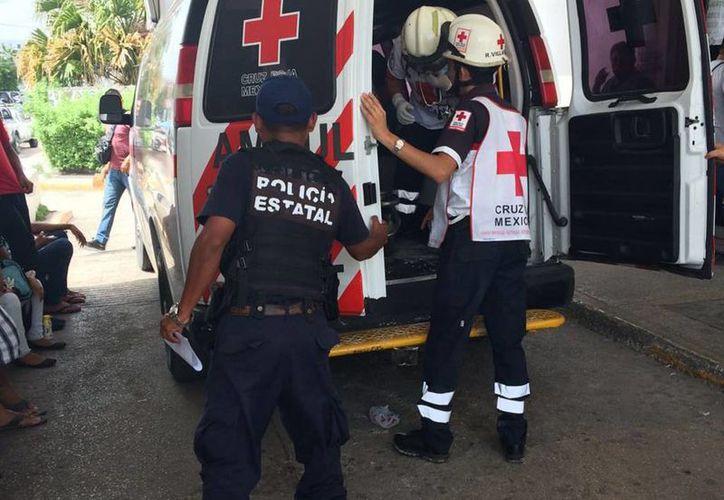 Paramédicos trasladaron a la mujer a una clínica. (Licety Díaz/SIPSE)