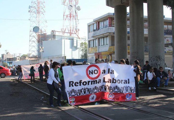 Integrantes de la CNTE, bloquearon las vías del tren y cruces carreteros y tomaron las casetas de peaje, así como manifestaciones en puertos y aeropuertos, en Michoacán, en rechazo a la Reforma. (Notimex)