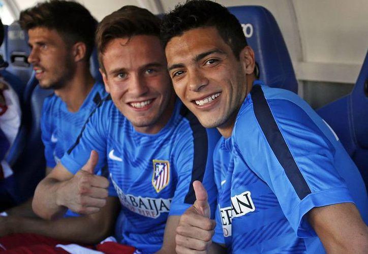 Raúl Jiménez (d) con su nuevo compañero Saúl, en la banca del Atlético de Madrid. (fotos: clubatleticodemadrid.com)