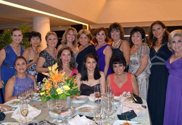 Tenistas del Club Avante celebraron su aniversario con una cena de gala. (Milenio Novedades)