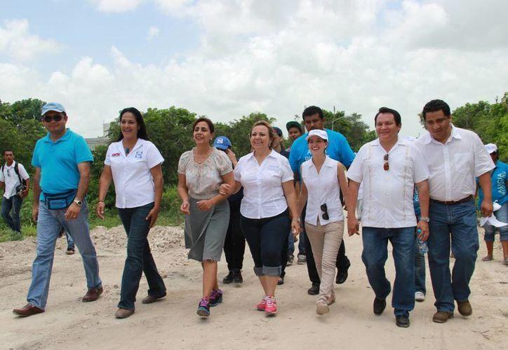 La candidata del PAN durante su recorrido. (Larry Parra/SIPSE)