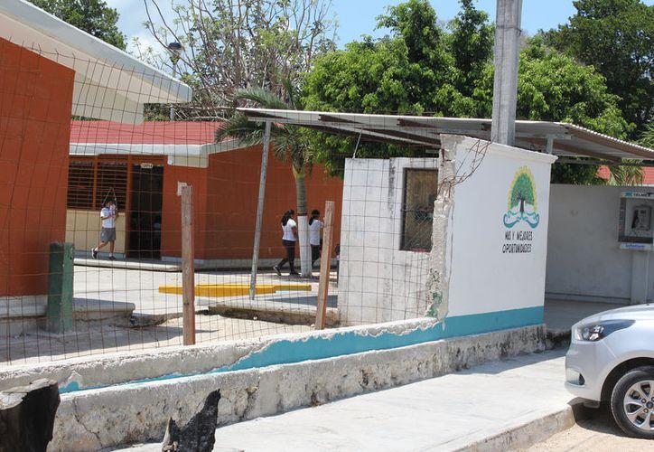 La barda corresponde a la primaria 27 de septiembre de Calderitas, que fue dañada por la caída de un árbol. (Joel Zamora/SIPSE)