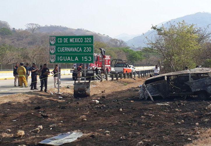 Cuatro personas murieron y siete resultaron heridas en la volcadura de la Autopista del Sol. (Noticieros Televisa)