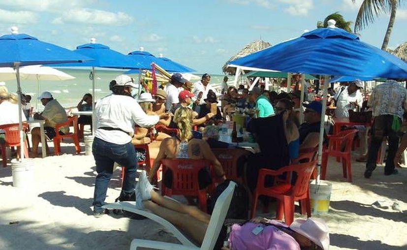 Los más de 3 mil 60 cruceristas procedentes de Texas no dejaron buena derrama en Progreso. (Manuel Pool / SIPSE)