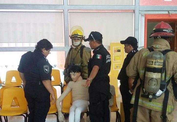 Un muñeco abandonado en el CRIT de Cancún causó una importante movilización policiaca ayer. (Redacción/SIPSE)