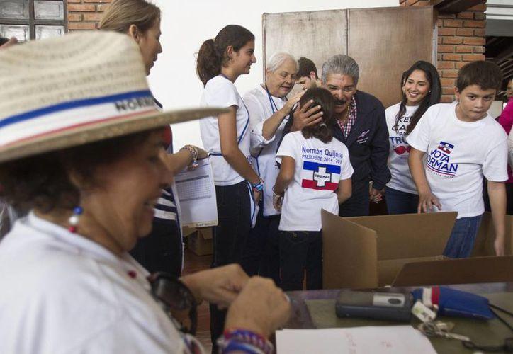 Norman Quijano, candidato presidencial del partido Alianza Nacional Republicana en su llegada a uno de los centros receptores de votos en la capital salvadoreña. (Agencias)