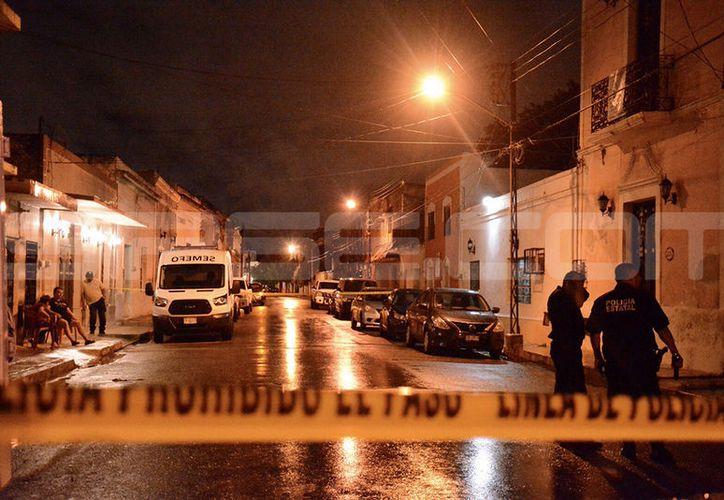 La calle donde fue hallado el cuerpo fue cerrada para que las autoridades realicen las investigaciones. (Victoria González)