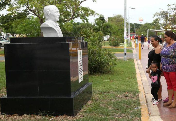 El busto de Gandhi se suma al de otros cuatro personajes colocados en este corredor cultural de la avenida Tulum. (Redacción/SIPSE)
