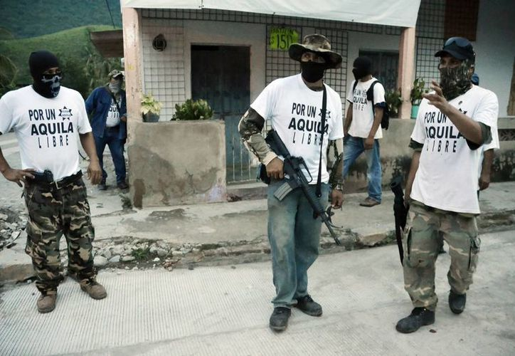 Integrantes de un grupo de autodefensa en el poblado de Aquila. (Agencias)