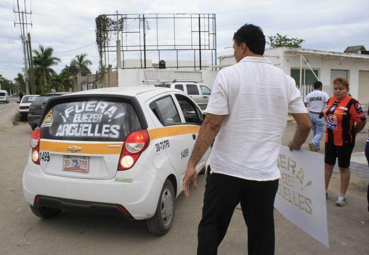 Taxistas inconformes esperan que sean más de mil los que puedan sumarse al rechazo. (Harold Alcocer/SIPSE)