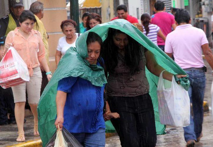 El chubasco que sorprendió este sábado a los peatones en el centro de Mérida fue causado por una baja presión. (José Acosta/SIPSE)