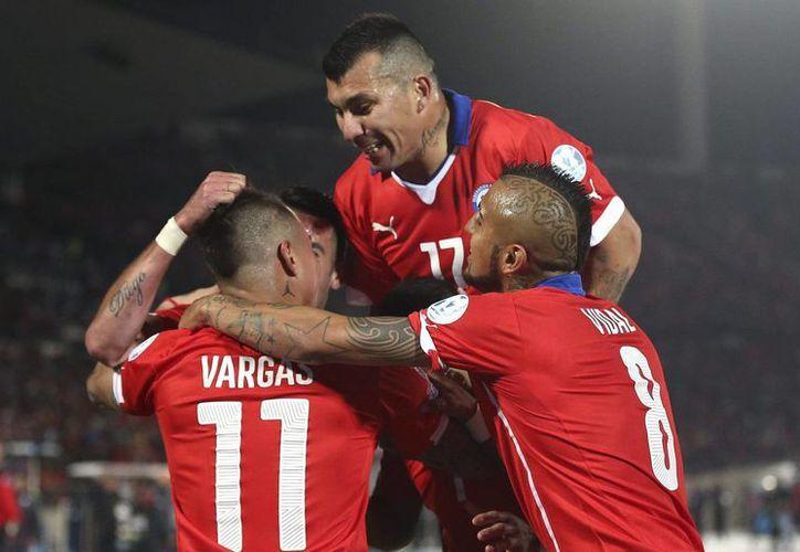 El chileno Eduardo Vargas (i) celebra con sus compañeros su segundo gol, un verdadero golazo, convertido desde lejos a Perú en la semifinal de Copa América. (EFE)