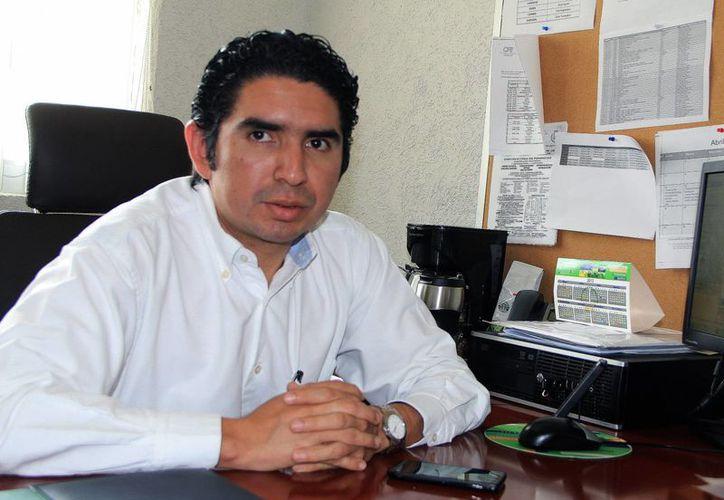 Juan Criollo Echeverría, jefe de la División de Ahorro de Energía de la CFE, indicó que se brindan pláticas y asesorías para concientizar a empleados de compañías . (Milenio Novedades)