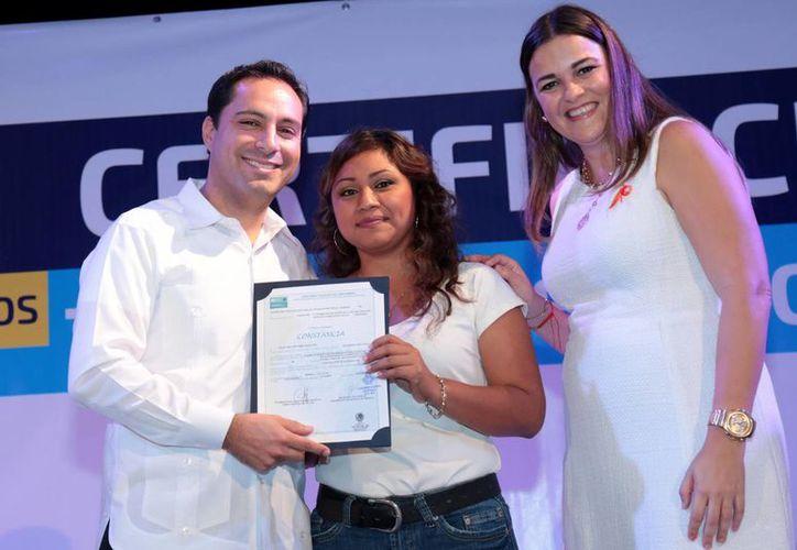 El alcalde Mauricio Vila entregó este sábado certificados a instructores y alumnos de los CDI que se capacitaron en los Cecati. (Foto cortesía)