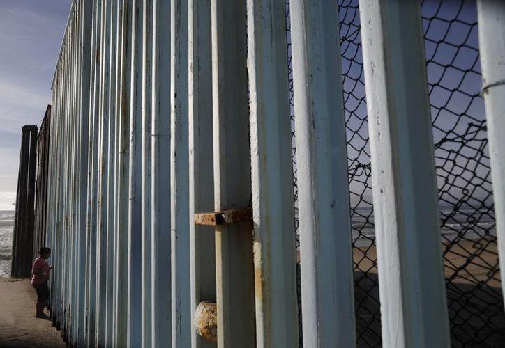 De acuerdo con un informe del Departamento de Seguridad Nacional, filtrado esta semana, el muro costaría 21 mil 600 millones de dólares, sin contar con el mantenimiento. (AP/Gregory Bull)