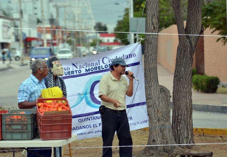 Dos grupos de ciudadanos se reunieron sobre la avenida Tulum frente a la glorieta. (Karim Moisés/SIPSE)