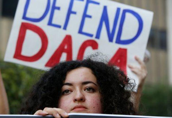 La decisión dejó fuera a los dreamers que nunca antes habían solicitado el amparo de sus deportaciones. (Foto: AP)