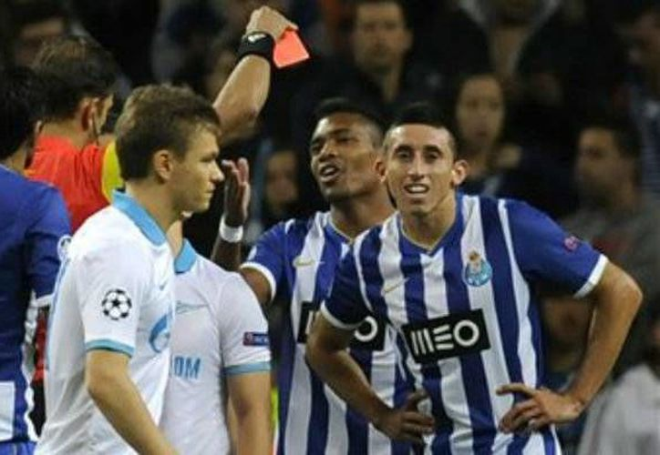 Héctor Herrera recibe tarjeta roja al acumular dos amarillas. (deportes.yahoo.com)