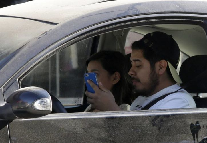 Cuatro de cada 10 accidentes en el mundo son por usar el celular al conducir. (Archivo/Notimex)