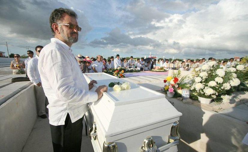 Este sábado, Día del Músico, se realizó el funeral del director de Orquesta Luis Luna Guarneros, desaparecido a principios de noviembre. En la imagen, Víctor, hermano del fallecido, custodia el ataúd. (NTX)