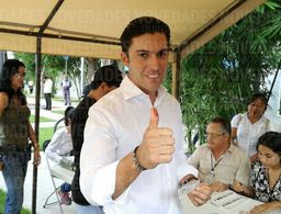 Remberto emite su voto en la casilla de la Zona hotelera