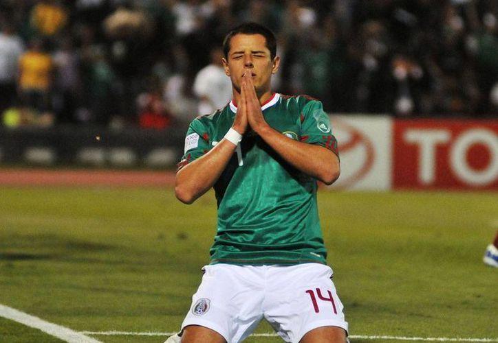 La Federación Mexicana convocó a los 8 mexicanos que militan en el futbol de Europa, para enfrentar a Nigeria. En la imagen, Chicharito Hernández, con la camiseta verde. (Archivo/deportízate.com.mx)