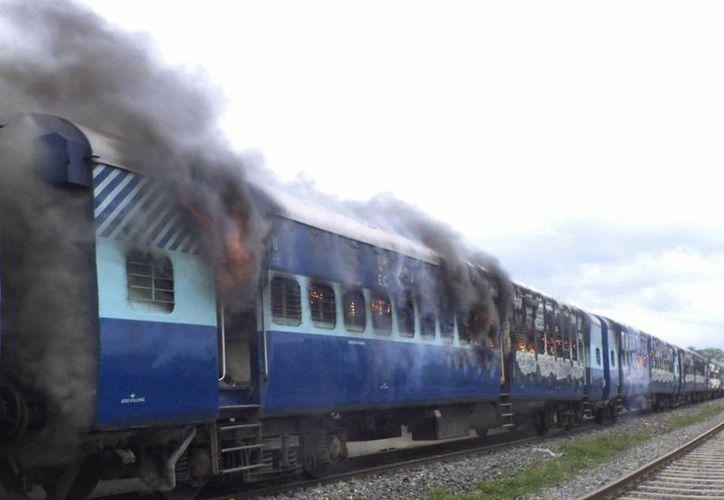 Los manifestantes evitaron la llegada de los bomberos a la estación de Dhamara Ghat. (Agencias)