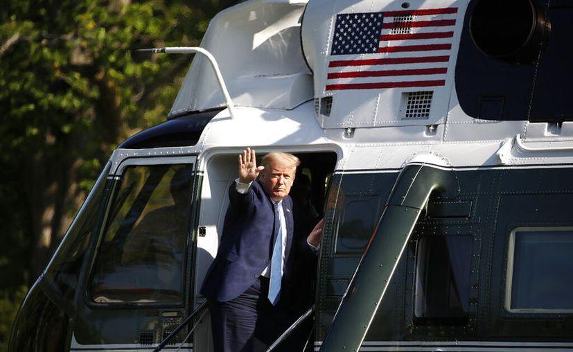 El presidente Donald Trump saluda mientras aborda el Marine One, en Washington. (AP Photo / Alex Brandon)