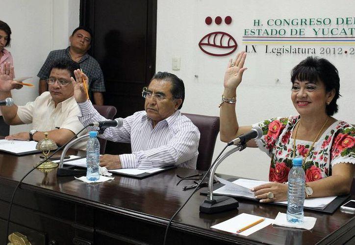 Los diputados Pedro Oxte (centro) y Leandra Moguel (derecha) en el Congreso del Estado en donde el periodo ordinario de sesión inicia el 1 de septiembre. (Milenio Novedades)