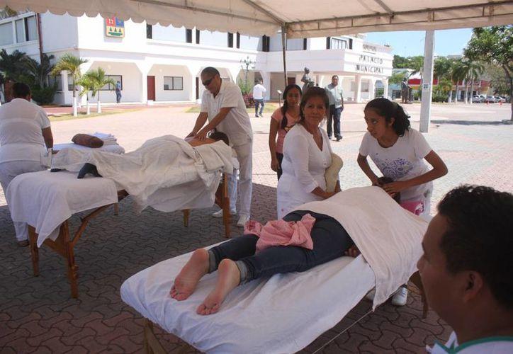 Deportistas con debilidad visual ofrecieron masajes en la plaza 28 de Julio para obtener recursos para competir. (Daniel Pacheco/SIPSE)