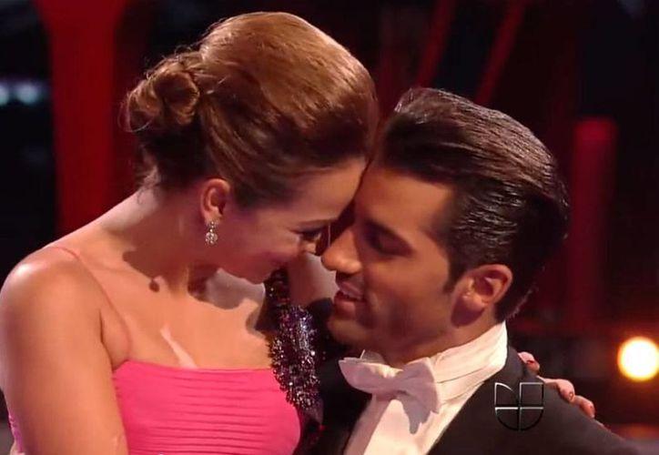 La pareja formada por Adamari López y Toni Costa espera a su primer bebé, según anunció este viernes la actriz. La imagen corresponde a la participación de ambos en el programa 'Mira quién baila', de la cadena Univisión. (YouTube/Toni Costa)