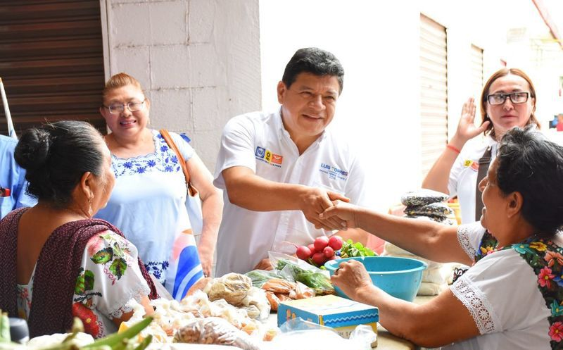 el candidato a diputado federal por la coalición Por Quintana Roo al Frente platicó con locatarios del mercado de Carrillo Puerto. (Redacción/SIPSE)