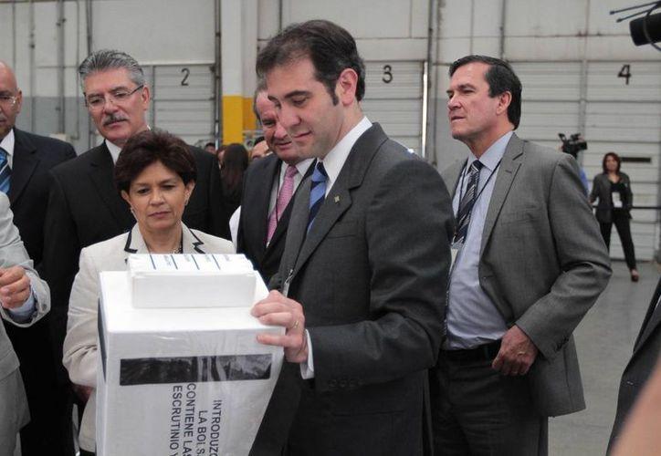 El presidente del INE, Lorenzo Córdova, dio el banderazo de salida de siete millones 274 mil 460 papeletas electorales de las más de 87 millones que se distribuirán en el país para la elección del próximo 7 de junio. (Archivo/Notimex)
