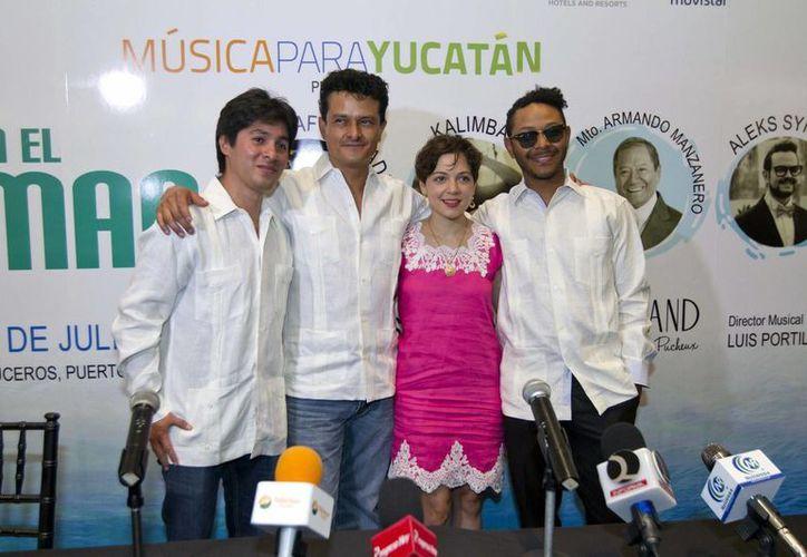 Tras almorzar en el Centro de Mérida, Juan Pablo Manzanero, Natalia Lafourcade, Kalimba dieron una conferencia de prensa para hablar sobre el concierto turístico 'Jazz en el mar', en el que cantarán este viernes por la noche en Progreso. (Notimex)