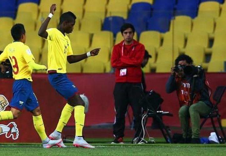 Los ecuatorianos abrieron rápido el marcador ante Rusia, tan sólo al minuto tres ya habían colocado en las redes uno de los cuatro goles con los que Ecuador clasificaría por primera vez en su historia a la ronda de cuartos de final, en una Copa del Mundo sub 17. (Twitter: @FEFecuador)