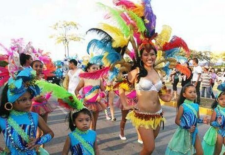 Al ritmo de batucada disfrutan los asistentes el desfile. (Cortesía/SIPSE)