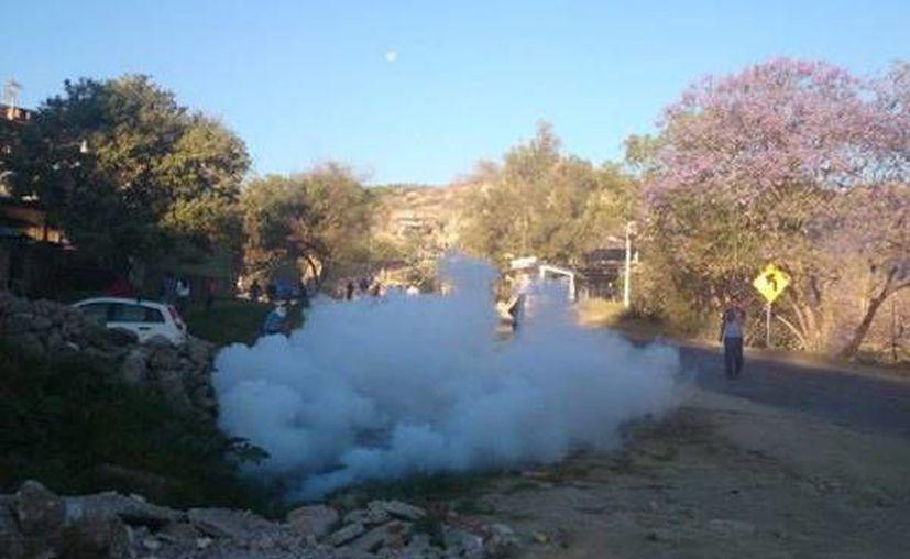 Un grupo de habitantes de Tixtla se enfrentó a pedradas con policías y militares que llegaron al lugar para recuperar vehículos que presuntamente había retenido la policía comunitaria. (Milenio Digital).