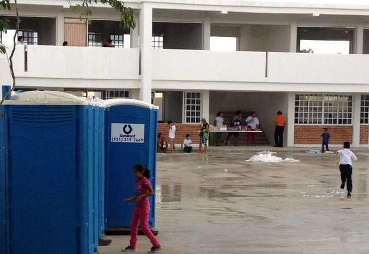 Estudiantes de dos escuelas asisten a clases en escuelas que siguen en construcción. (Adrián Barreto/SIPSE)