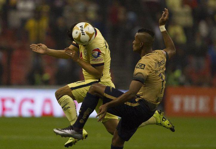 Los Pumas de la UNAM lograron una amplia ventaja en su visita al Estadio Azteca, por 3-0 sobre América, en el partido de ida de las semifinales de la Liga MX. (Notimex)