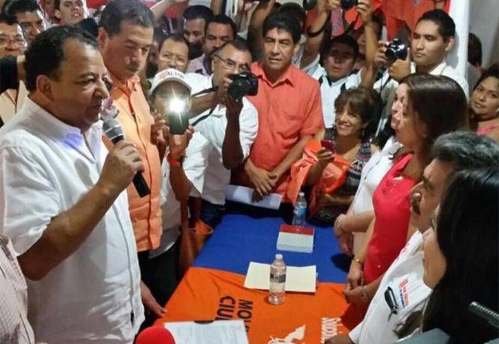 En su último día como alcalde de Acapulco, Luis Walton informó que el primer síndico, Armando Tapia Moreno, quedaría al frente del Ayuntamiento hasta que el Congreso del estado llame al alcalde interino. (excelsior.com.mx)