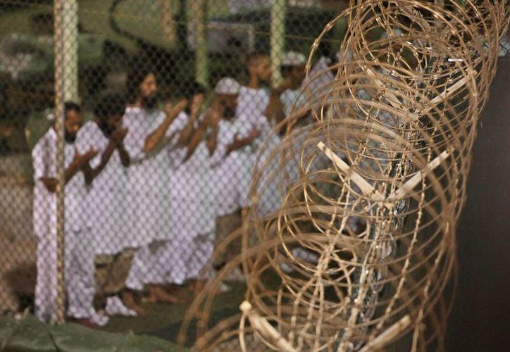 Los presos yemeníes liberados de la cárcel de Guantánamo serán llevados a Omán, informó Washington. (AP)