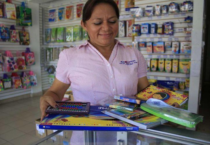 Padres de familias acuden a comprar los útiles escolares en las papelerías. (Harold Alcocer/SIPSE)