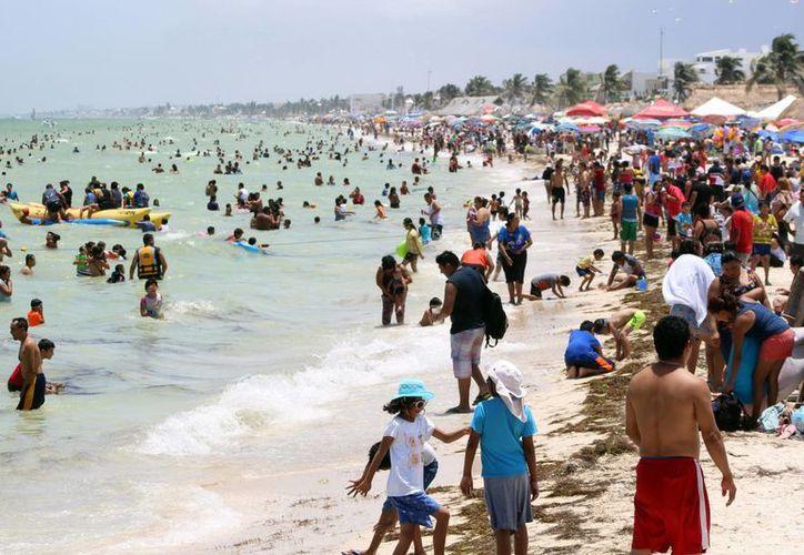 Los prestadores de servicios reportaron un buen domingo gracias a la buena afluencia de visitantes al puerto de Progreso. (SIPSE)