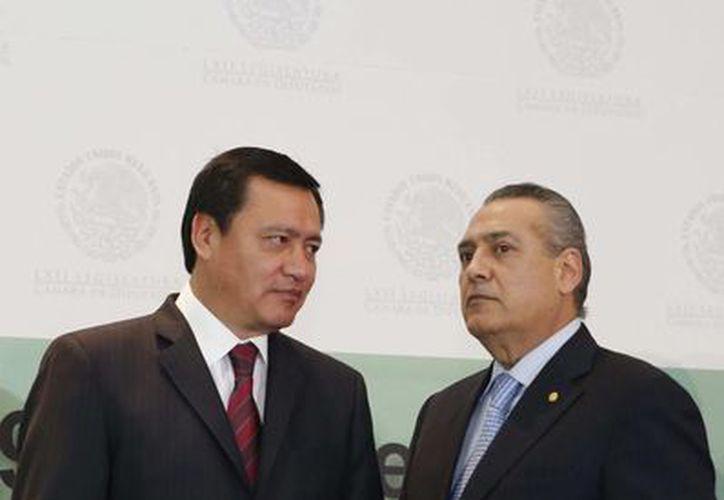Osorio Chong reiteró la disposición de la Segob al diálogo con los padres de los 43 normalistas. Aquí aparece acompañado del senador Emilio Gamboa Patrón. (Notimex)
