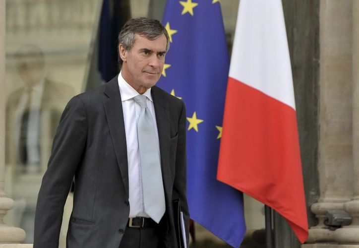 El ministro francés de Presupuesto, Jérôme Cahuzac, sale del Palacio del Elíseo en París (EFE)