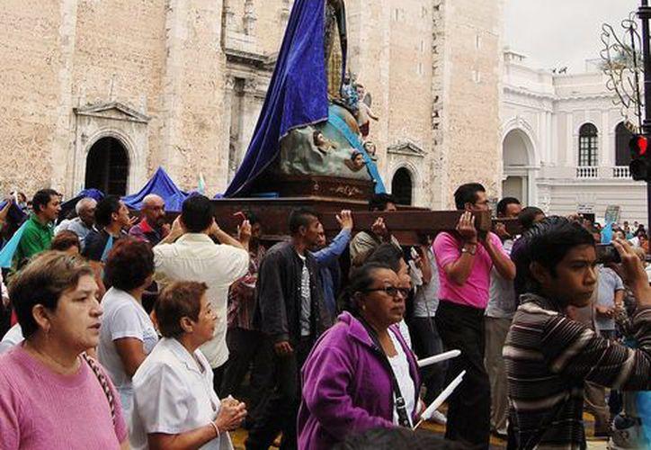 Nuestra Señora de Yucatán, quien lució una cauda (cola) de siete metros de largo, de color azul con aplicaciones doradas, durante su procesión por los alrededores de la Plaza Grande. (Milenio Novedades)