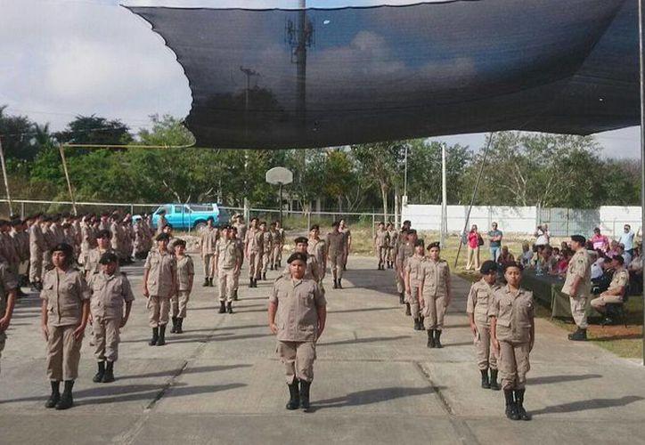 Cadetes del Instituto Militarizado demostraron dominio en los diversas evoluciones en formación de escoltas. (Cortesía)