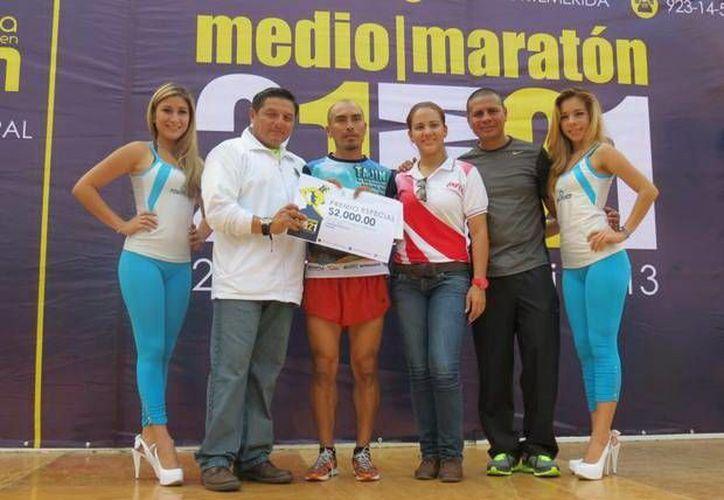 El poblano Leonardo Salvador Cruz (c) fue el ganador del Medio Maratón de Mérida. (SIPSE)