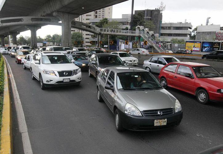 Actualmente en la zona metropolitana de la Ciudad de México transitan unos cinco millones de vehiculos. (Archivo/Notimex)