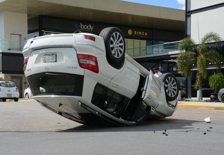 La guiadora de este Mercedes Benz causó su propia volcadura en San Ramón Norte. (SIPSE)